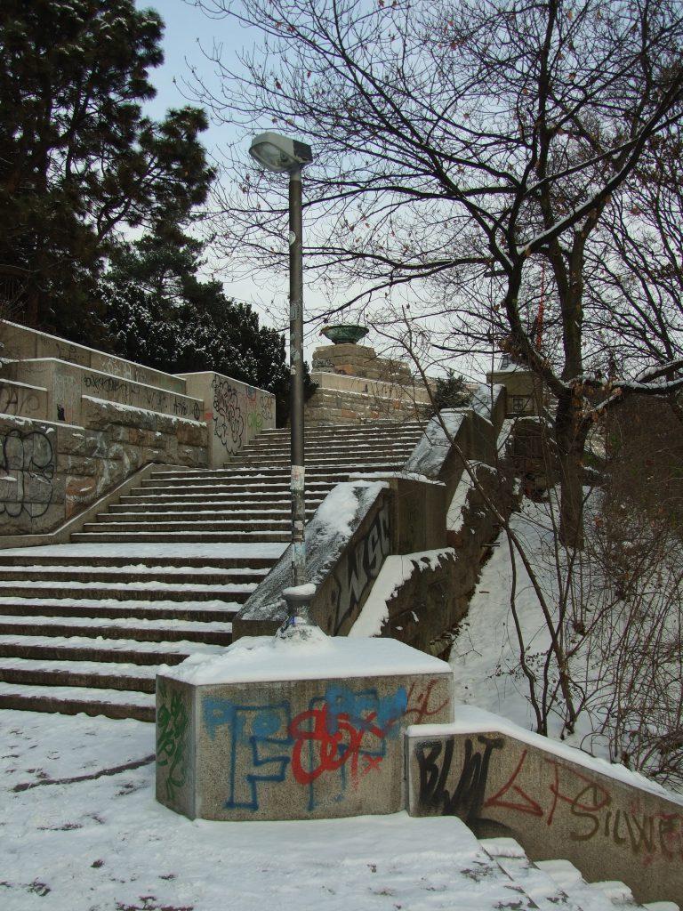 Praha,_Holešovice,_zimní_Letná,_schodiště_k_Čechovu_mostu_II